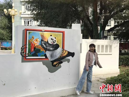 """新疆一中学五色光芒一闪创意3D彩绘成校园新景 引师生""""打卡"""""""