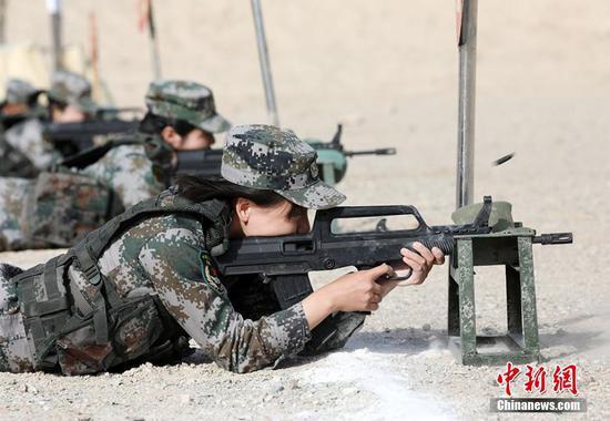 新疆军区某训练基地�r候组织官兵开展射击考核