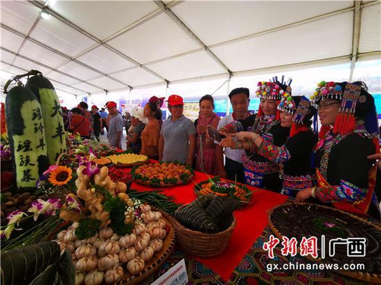 """9月17日,广西河池市各族群众精心烹制的各种美食,欢庆""""中国农民丰收节""""。"""