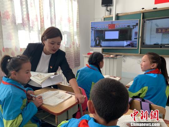 """新疆舉辦""""西部農村小學信息化""""現場交流會"""