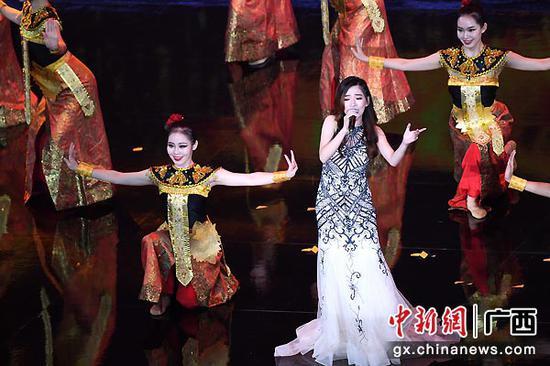 印尼歌手曾慧蘭帶來的《美麗的梭羅河》勾起現場觀眾美好的回憶。俞靖  攝