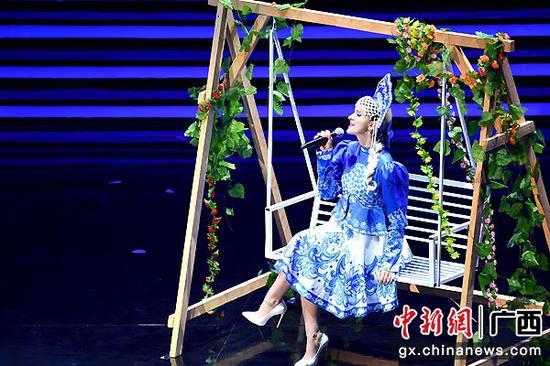 圖為俄羅斯歌手奧爾加演唱《在銀色月光下》。俞靖  攝