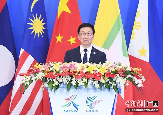 圖為中共中央政治局常委、國務院副總理韓正出席開幕式并發表主旨演講。俞靖  攝
