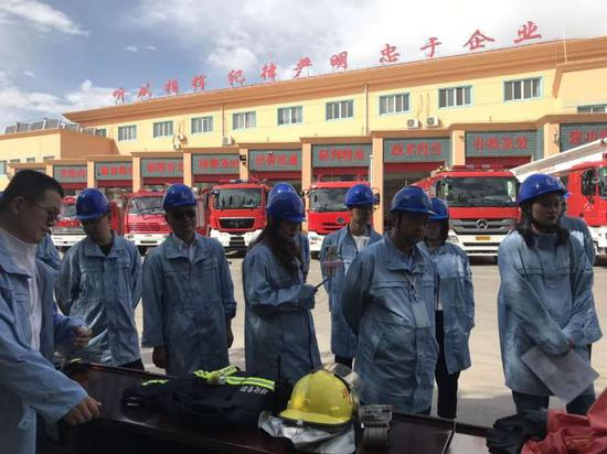 代表们参观塔炼化的消防部门※。