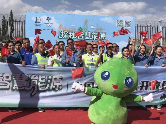 三年多来,中国石化累�K计有50余家下属企业在全国30余座城市开展�了此项活动,成为我国工业企业中规模∏最大的公众开放日活动。(李学仁 摄)
