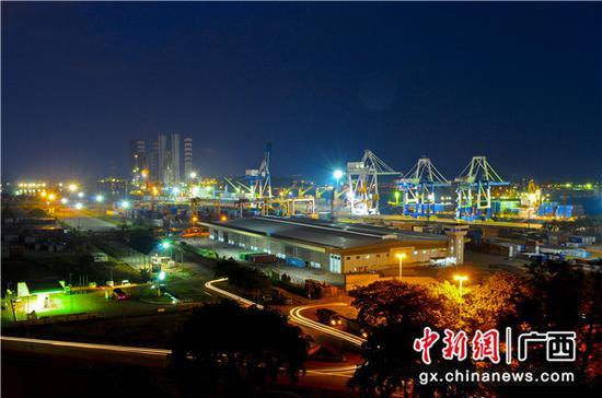 """关丹港面向中国南海,通达世界各国主要港口,是""""21世纪海上丝绸之路""""沿线的重要港口。中国建设银行境内外分行、集团子公司联动服务,为广西北部湾国际港务集团并购马来西亚关丹港项目提供6700万美元融资。"""