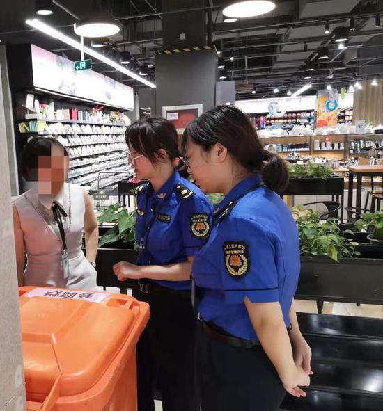 浦江县综合行政执法局执法队员进行检查  潘斐斐 摄
