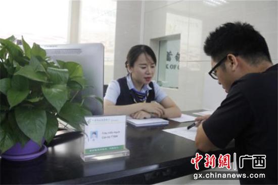 边贸网点客户经理在为客户办理边贸结算业务
