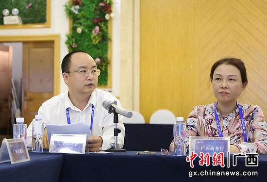 图为 广西发改委(通道办)副处长来守林介绍广西推动陆海新通道建设整体情况。