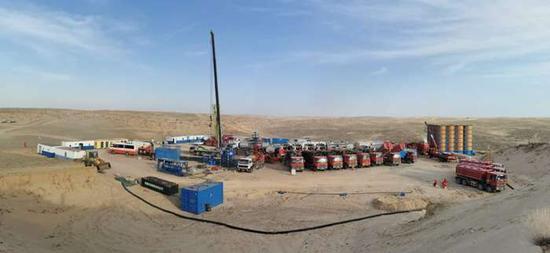 秋日的新疆古尔班通�古特沙漠里机器轰鸣。