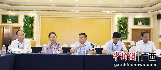 图为宁夏回族自治区商务厅副厅长孔国华介绍情况。