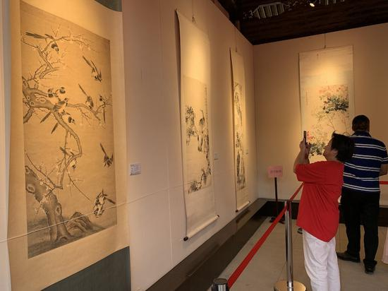 展览吸引了众多书画爱好者 奚金燕 摄