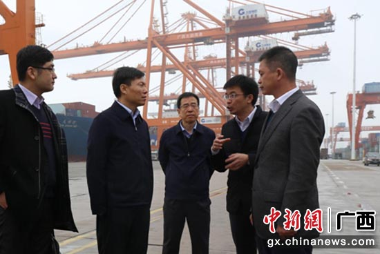 工行廣西區分行行長王學勇(左二)在北部灣港務集團調研深入考察企業需求。