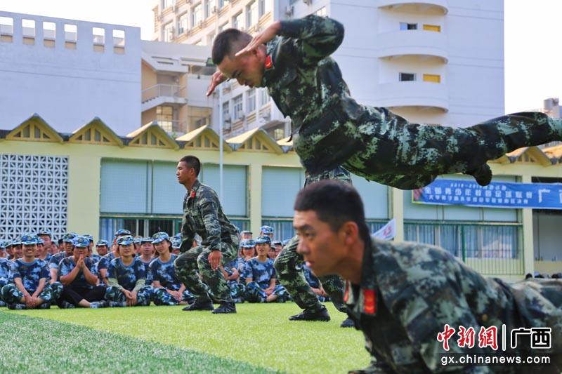 """武警官兵走進校園""""零距離""""開展國防教育"""
