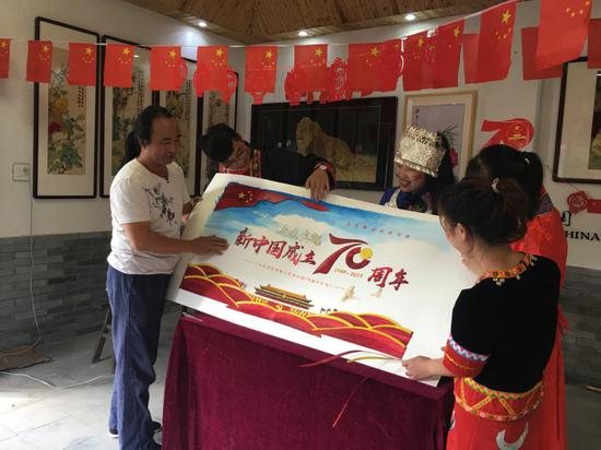 朱軍民制作麥稈畫慶祝新中國成立70周年 朱寅敏 攝
