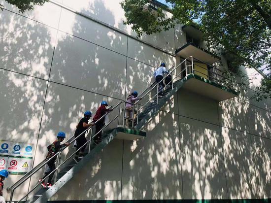 公众代表登上楼梯进入粮仓。 刘方齐 摄