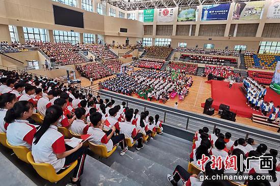 巴马3千人合唱红色经典 1300人共学规范语言