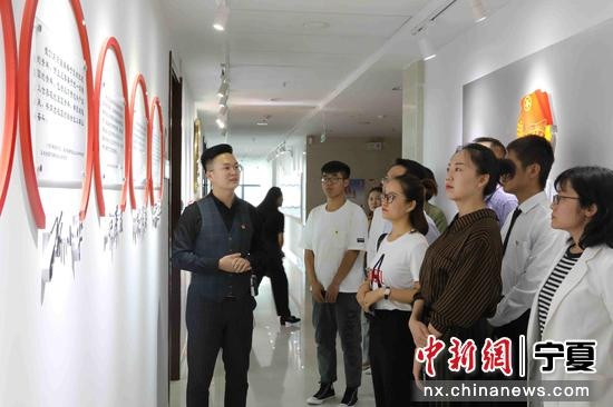 """青年代表参观宁夏共青团""""文化长廊""""。"""