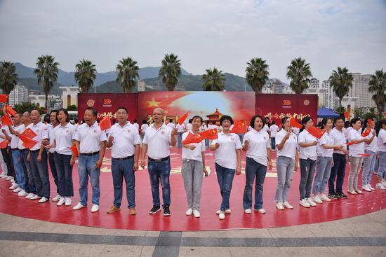 青田市民与海外侨胞共同唱响了爱国赞歌 张永益 摄