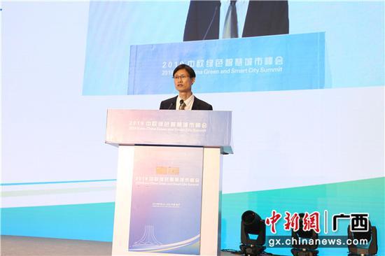 图为南京市大数据管理局副局长陶为波介绍情况。