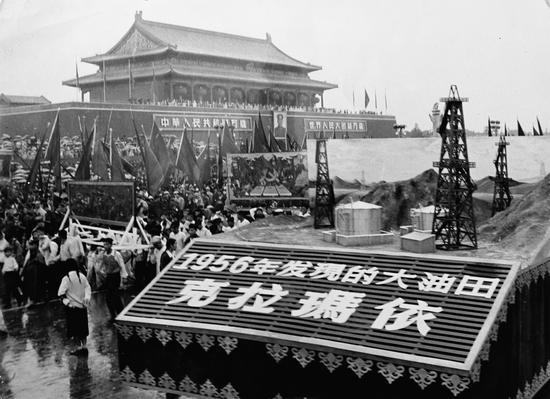 1956年国庆节,克拉玛依油田作为新中国发现的第一个大油田在天安门接受检阅。(资料图)