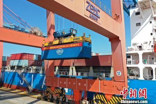 载有石狮服装城市场采购贸易方式货物的远洋货轮从国家一级港区石湖港区出发。 侯剑衔 摄