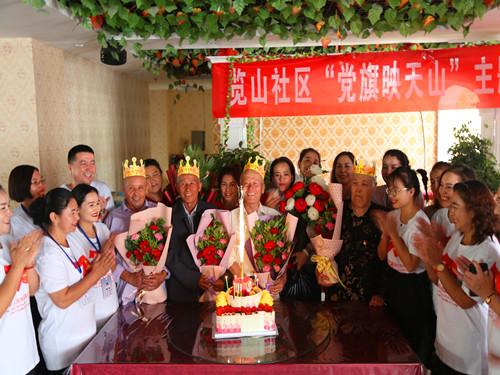 新疆轮台县4位70岁老人与祖国同庆生