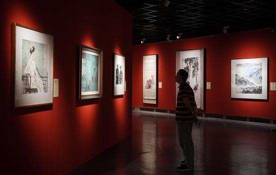 图为:多件美术作品引人参观。王刚 摄