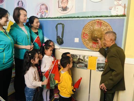乌市第十三幼儿园庆国庆—听爷爷讲那过去的故事
