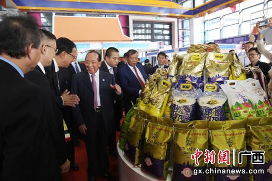 圖為柬埔寨副首相賀南洪等高官到國宏集團展位參觀。莫小慧  攝