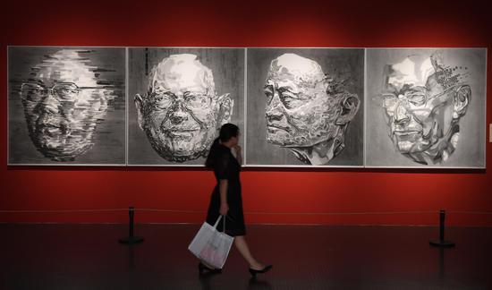 图为:一位市民在参观作品《互联网大会》。王刚 摄