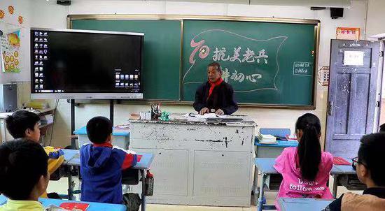 老党员进课堂讲课。 文成宣传部供图