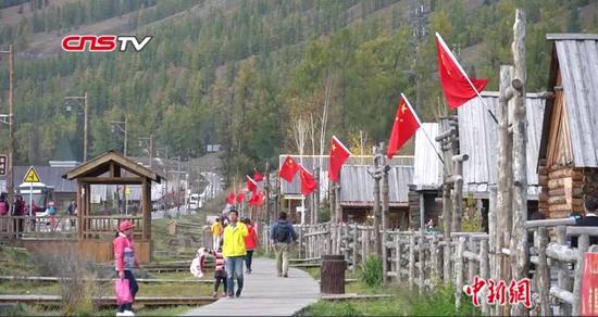 新疆喀納斯景區迎游客潮 國慶氛圍濃