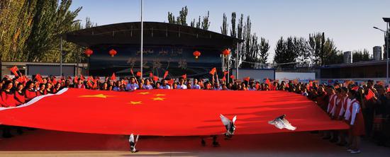 新疆交通厅驻村工作队多种活动祝福祖国生日