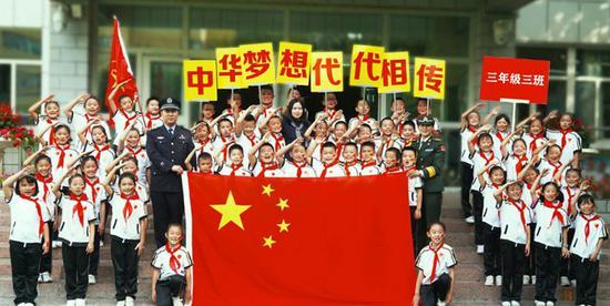 三年级三班班主任薛连萍老师带领同学们一同向祖国致敬。