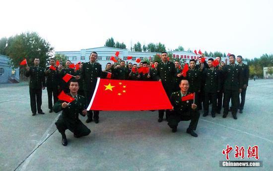 """新疆军区某装甲团官兵开展""""我和国旗同框""""活动"""