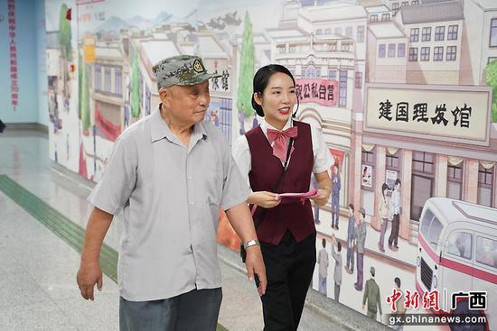 """南宁地铁""""复兴大道70号""""主题列车献礼新中国成立70周年"""
