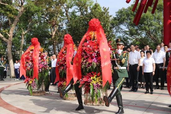 图为:武警台州支队向革命烈士敬献花篮。章朝晖摄