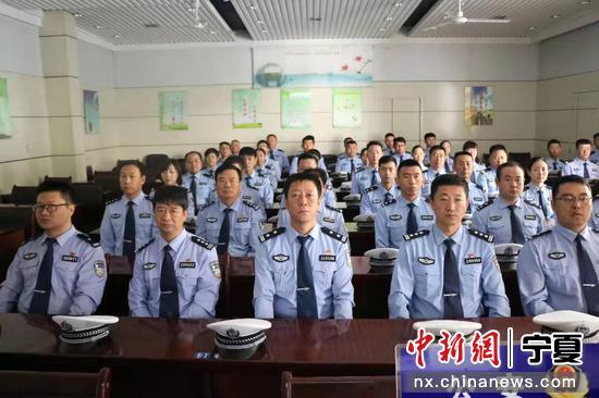公安系统集体观看庆祝大会。