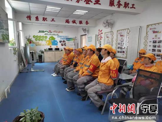 环卫工人集体观看庆祝大会。