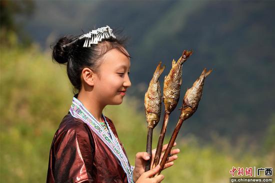 金秋烤鱼。石峰 摄