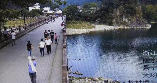 大均小溪边摄像头记录救人一刻 何杨洋 摄