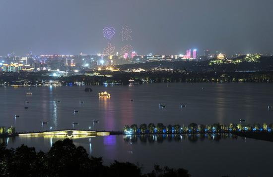 """""""爱你中国""""在夜空中出现时瞬间点燃了市民游客的激情,欢呼声""""排山倒海""""般响起 西湖景区管委会提供"""