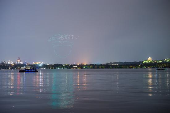 平湖秋月水域上空近300架无人机灵动地变换着队形 西湖景区管委会提供