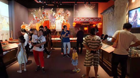 图为:临海市博物馆游人观展 林成 摄