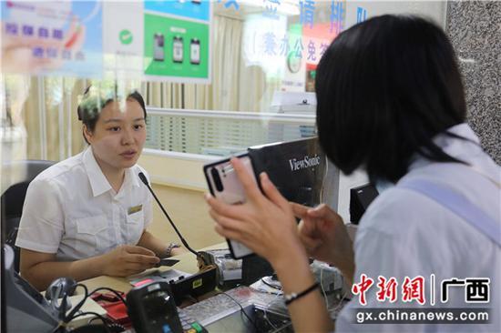 桂林火车站工作人员为旅客答疑解惑。常国思 摄