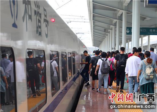 旅客在桂林火车站站台有序乘车。李洪锐 摄