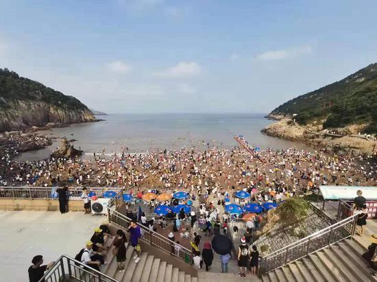 """在刚刚过去的""""十一""""假期期间,浙江省温州市洞头区各大景区(点)市民游客络绎不绝。 洞头宣传部供图"""