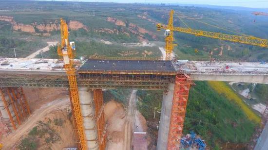 国庆节期间 银西高铁陕西段又一座大桥贯通
