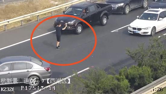 朱国振护送事故司乘人员至硬路肩护栏外。 警方供图
